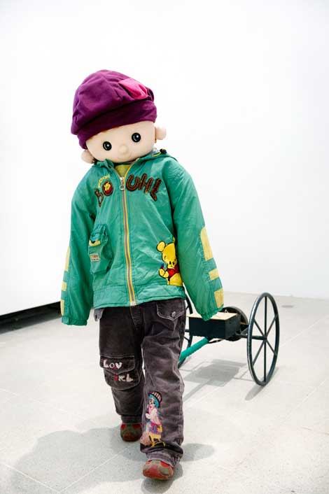 Yulu Wu Remote Controlled Cart with Clothing (Yao Kong Chuan Yi Xiao La Che) (2013) © the artist