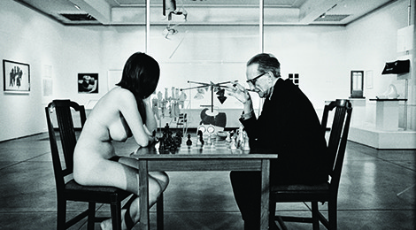 Julian Wasser, Duchamp Playing Chess with a Nude (Eve Babitz), Duchamp Retrospective, Pasadena Art Museum, 1963, © Julian Wasser