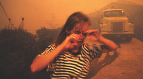 Lara Jo Regan, Girl Running from Malibu Fires, 1993, Los Angeles, 1993, courtesy Lara Jo Regan.